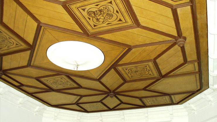 Freigelegte Deckenmalerei und Stuckprofile nach den ausgeführten Restaurierungsarbeiten