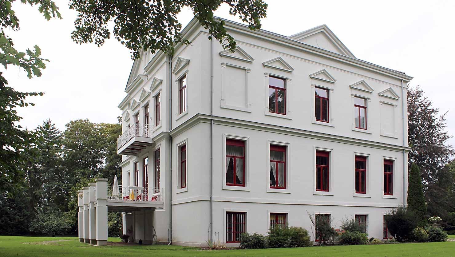 Herrenhaus nach ausgeführten Abbeiz-, Stuckrestaurierungs- und Malerarbeiten