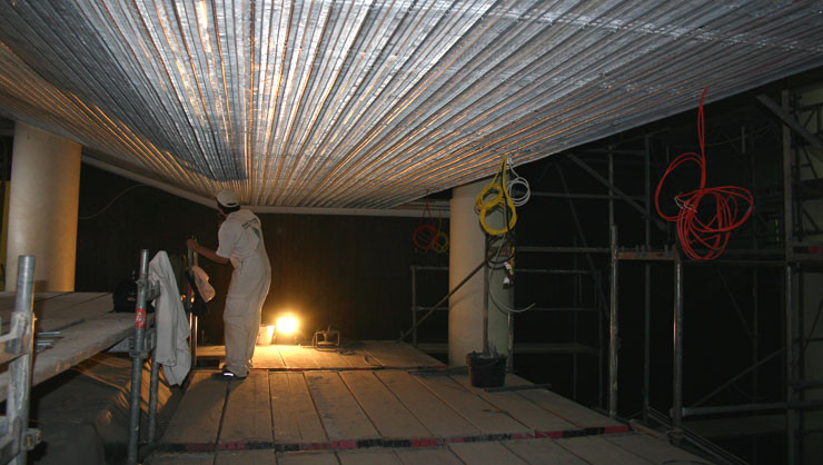 Bespannte Unterkonstruktion der Rabitzfaltendecke mit Rippenstreckmetall