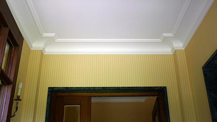 Die Stuckprofile an den seitlichen Wandvorsprüngen im Entree prägen das Raumerlebnis