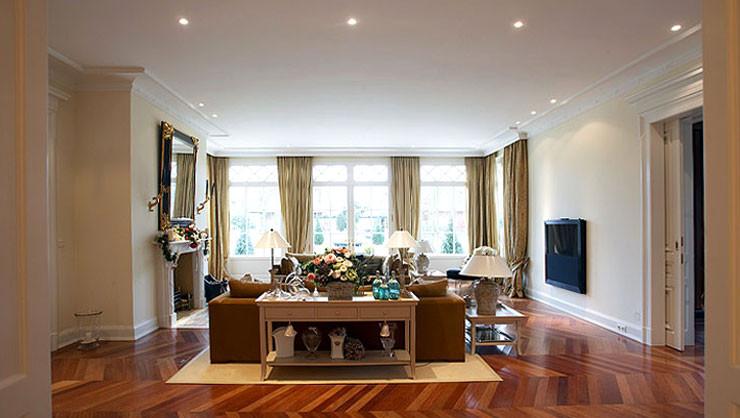 Wohnzimmer mit individuellem Stuckprofil in enger Absprache mit den Auftraggebern