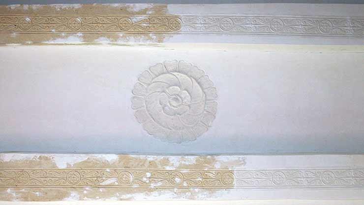 Pressstuckdecke nach Fertigstellung der Stuckrestaurierung mit neu modellierter Stuckrosette