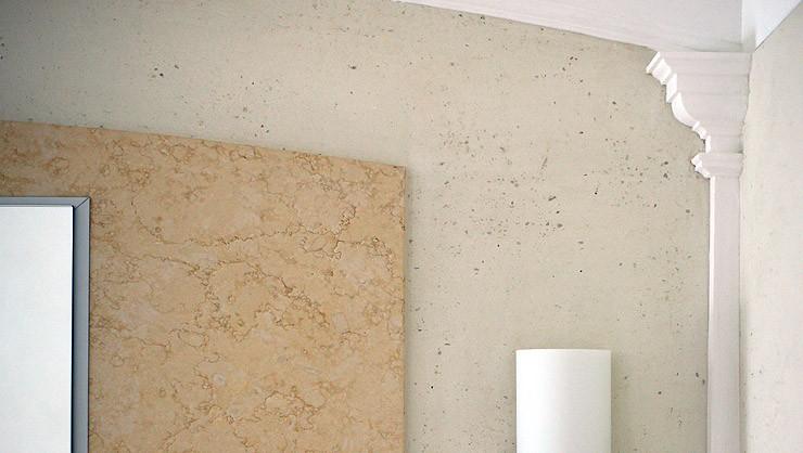 Detail Natursteinplatte, Oberflächentechnik Terra Stone und Stuckeckpilaster
