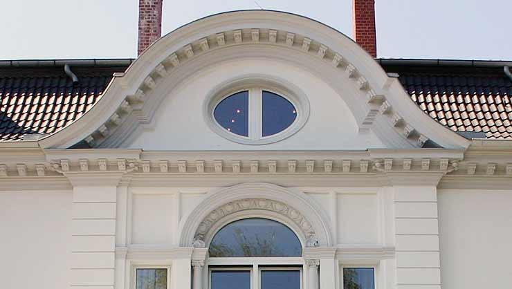 Mansardendach mit geschwungenem Zwerchgiebel nach der Restaurierung