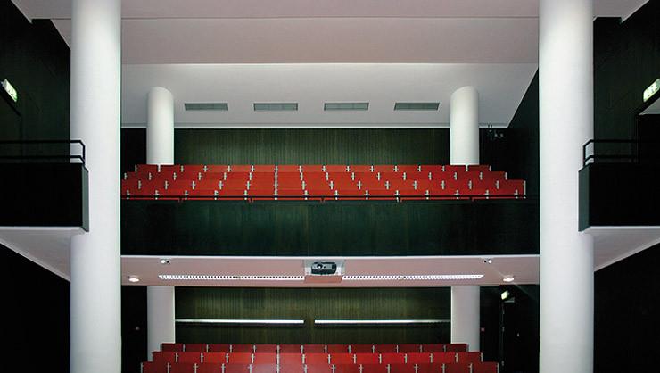 Gefaltete Rabitzdecke in einem Hörsaal der Universität Hannover nach Fertigstellung aller Arbeiten