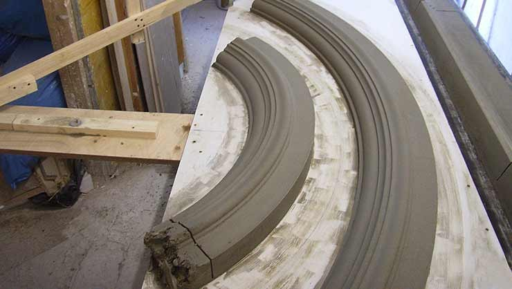 Zugarbeiten der gebogenen Traufgesimse des Zwerchgiebels in der Werkstatt