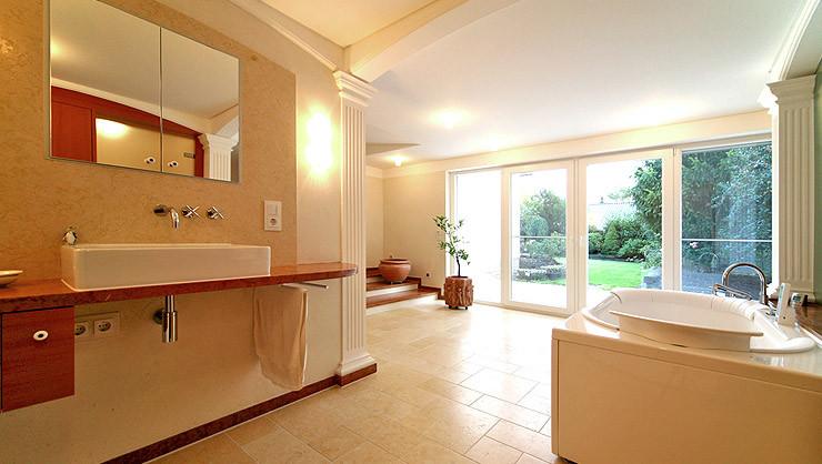 Lichtdurchflutetes Badezimmer mit klassischen Stuckarbeiten und Wandgestaltung in Terra Stone