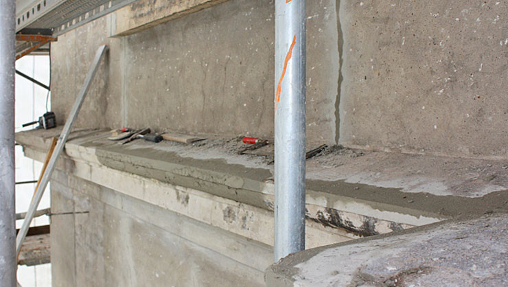 Fassade nach dem Abbeizen der Farbe – Reprofilierung der Stuckgesimse