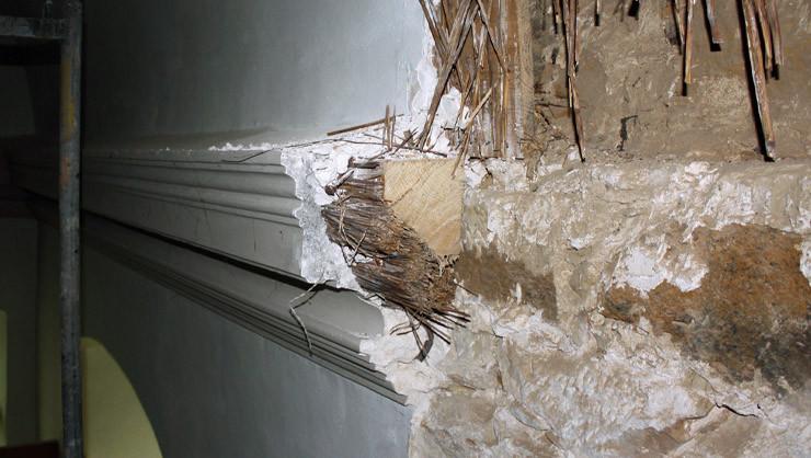 Aufbau des historischen Gurtgesims mit Holzbalken, Schliffrohrbündel und Stuck