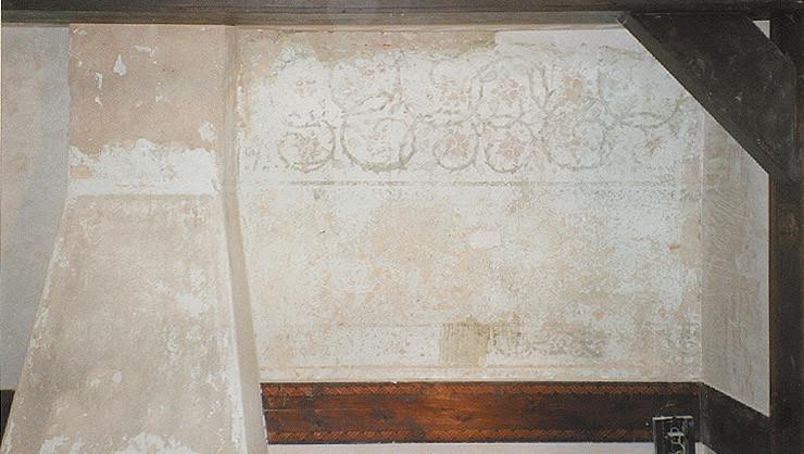 Wandfläche nach Freilege- und Reinigungsarbeiten mit Fragmenten einer Schablonenmalerei