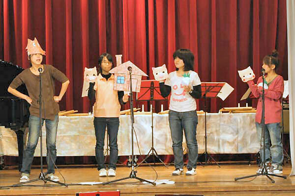 神戸親和女子大手遊びサークルの皆さんによる3匹の子豚劇
