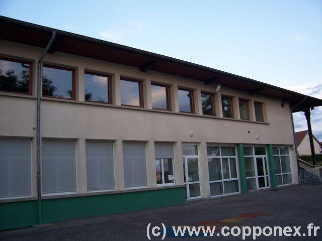 La salle polyvalente se situe à l'étage du bâtiment