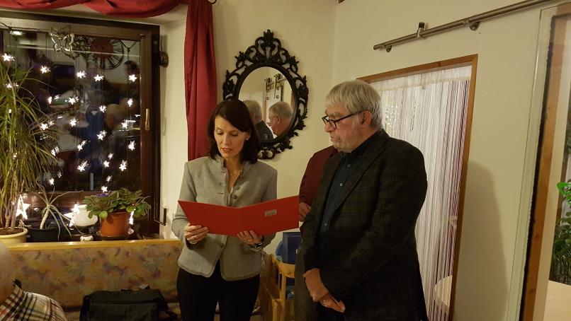 Rita Schwarzelühr-Sutter überreicht ihm die Urkunde des Parteivorstands