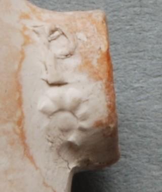 Op zijkant hiel aan beide zijden een bloem (roos ?), met letter P en slecht leesbaar II of H