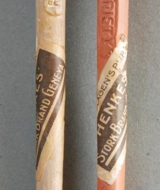 Henkes Jenever Reclame Pijp. Op kop aan beide zijden de tekst 'STORK BRAND GENEVA'. Op steel 'J.H. Henkes Disty'. In rode en witte klei uitgevoerd.
