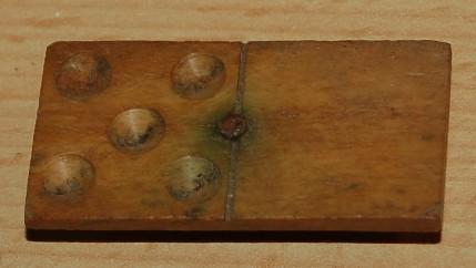 Dominosteel van Been met houten onderkant