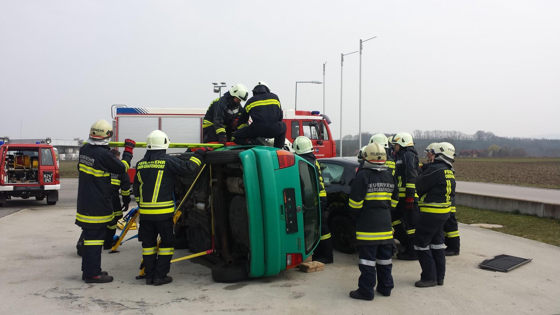 PKW in Seitenlage - Rettung aus dem Fahrerfenster