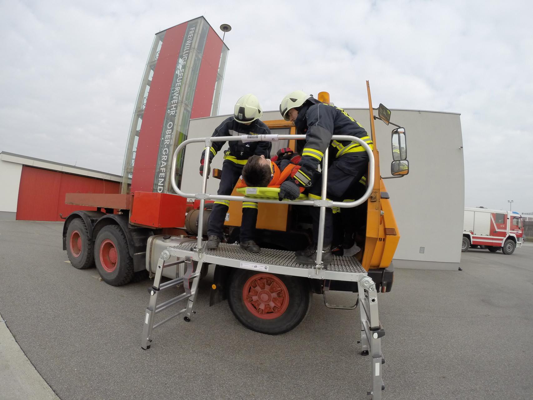 LKW Menschenrettung mit einer Rettungsplattform