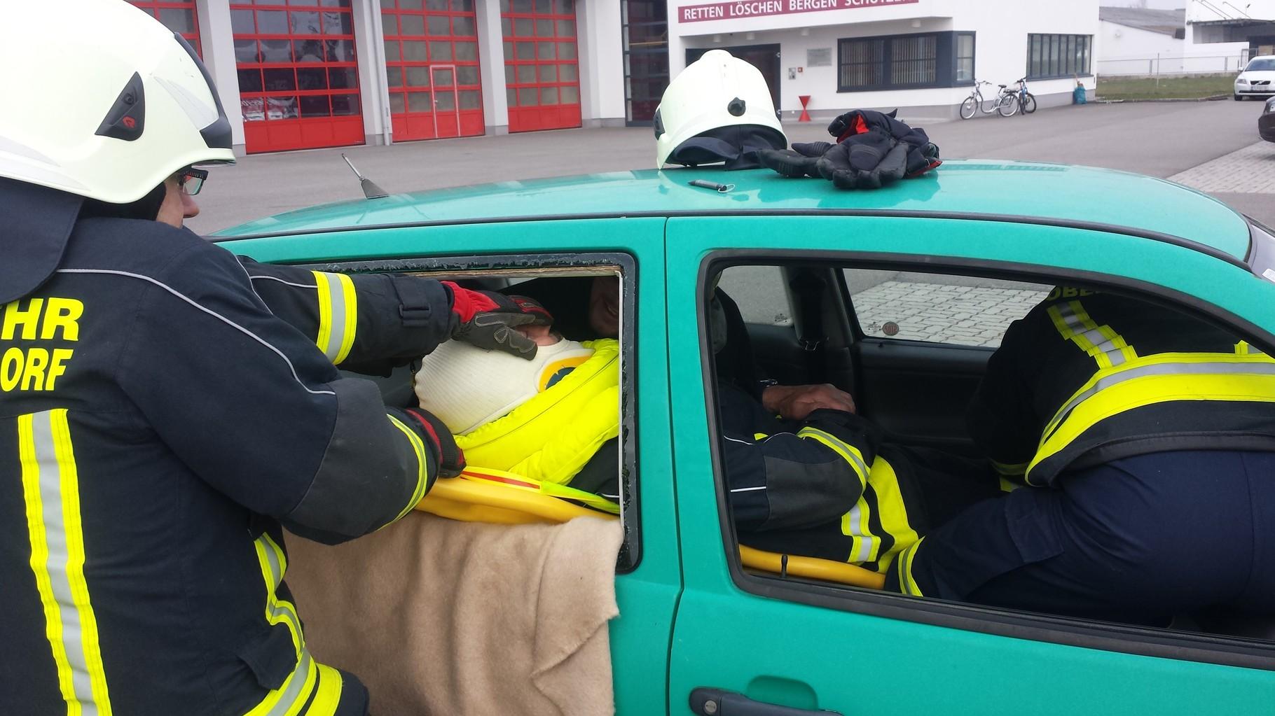 Menschenrettung aus dem Seitenfenster im Fahrzeugfond