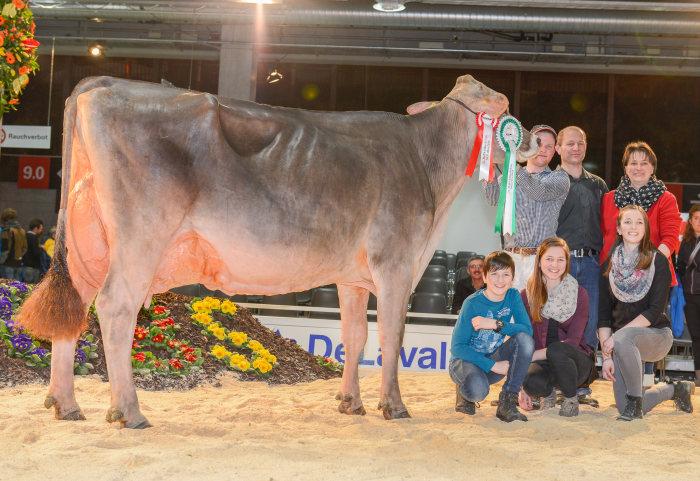 Familie Manser mit ihrer Champion Kuh HANNA