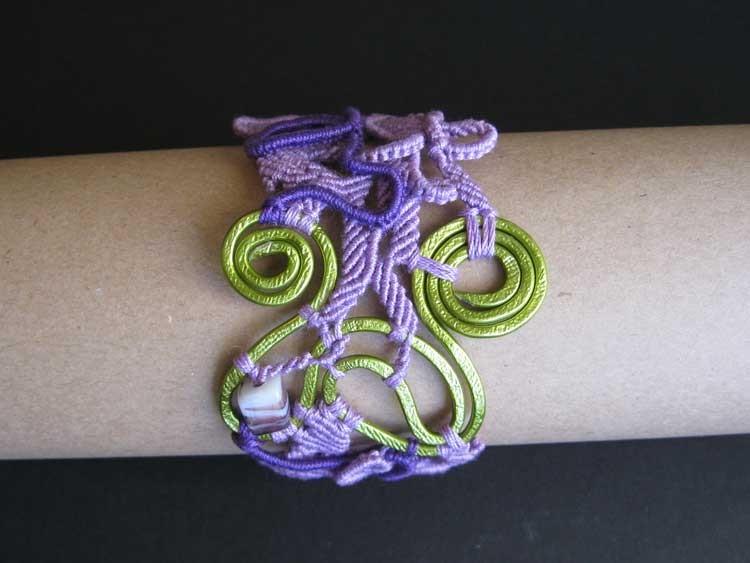 """bracciale in macramè """"Morgana"""" 5 - materiale: cotone, alluminio battuto a mano e perle di vetro"""