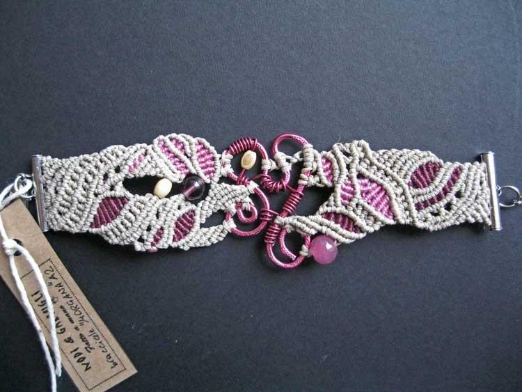 """bracciale in macramé """"Morgana"""" 2 - materiale: lino e cotone, filo d'alluminio battuto a mano e perle di vetro e legno. Venduto"""