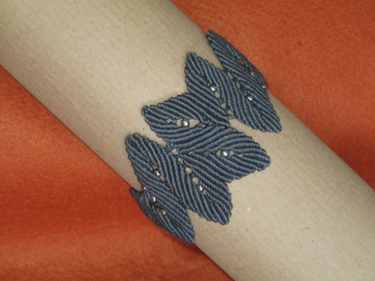 """bracciale in macramé """"EDERA"""" - materiale: cotone e perline di metallo. Venduto"""