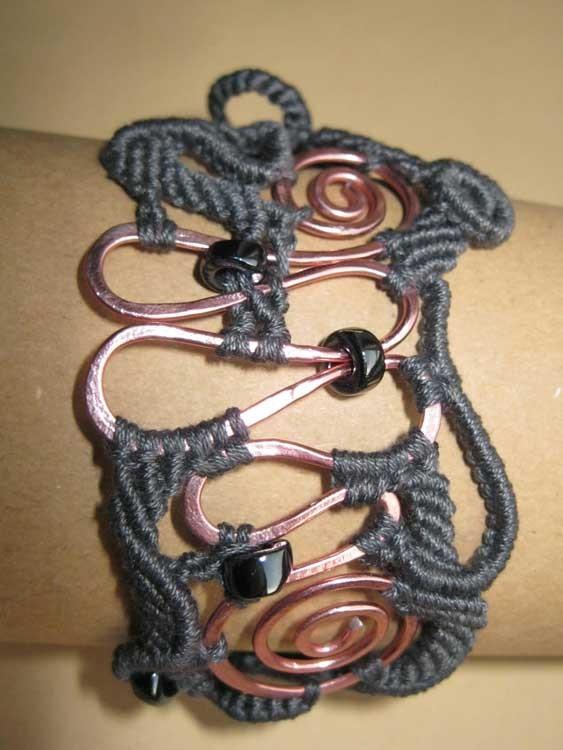 """bracciale in macramé """"Morgana"""" 3 - materiale: cotone, allumio battuto e perle di vetro - venduto"""