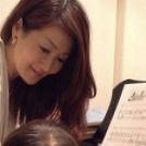 ピアノを弾くリボンの少女