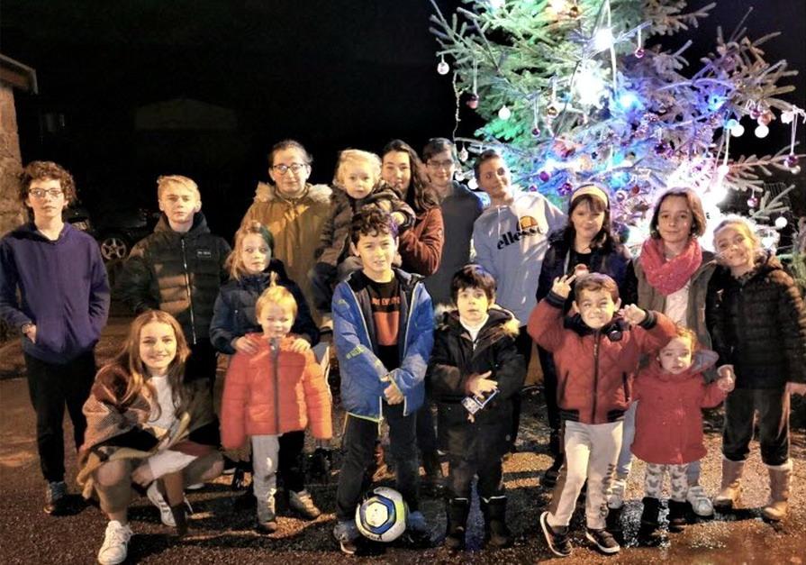 """Une vingtaine d'enfants du village de Poncieux réunis pour la décoration du sapin de Noêl 2019            ---photo """"Juve"""""""