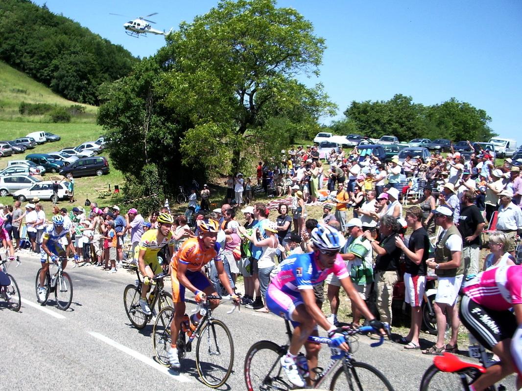 Le Tour de France 2007 au dessus de Châtillon, le peloton.