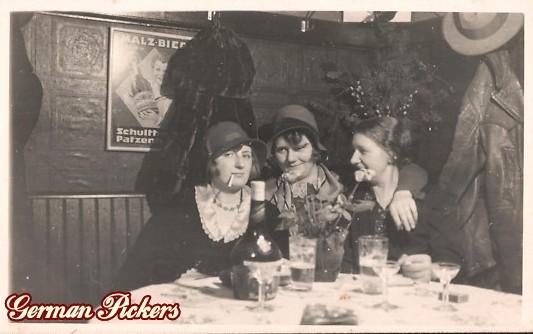 AK 3 Damen in WIrtshaus - Hintergrund Schild von Schultheis Patzenhofer aus Berlin