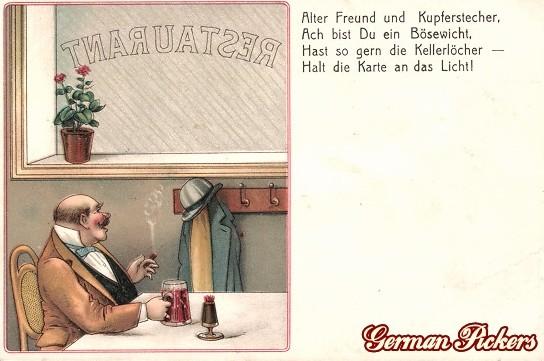 AK Mann sitzt mit Bier im Restaurant