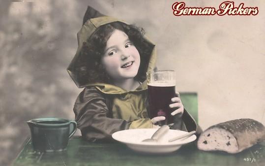 AK Kind am Tisch mit Bier und Brot
