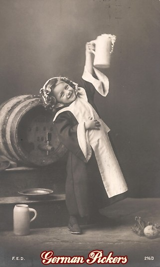 AK Kind vor Fass streckt Bier in die Höhe