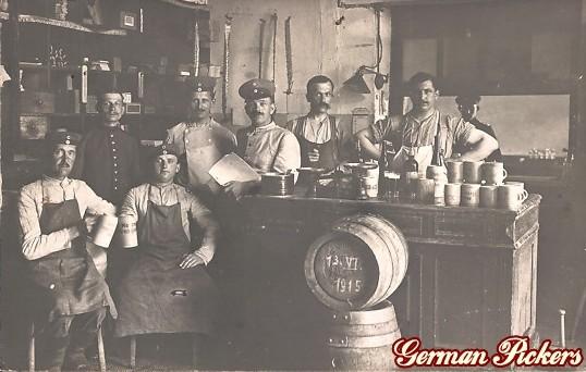 AK Wirtshaus - Wirt und angestellte mit Bier. 1915