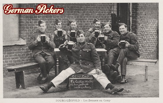AK Bourg Leopold - Soldaten trinken Bier in einem Camp.