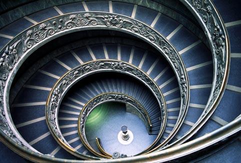 美しすぎるルーブルのらせん階段