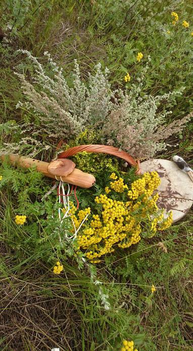 Flöte, Weidenkorb mit Rainfarn, Wermut und Steinklee und Trommel