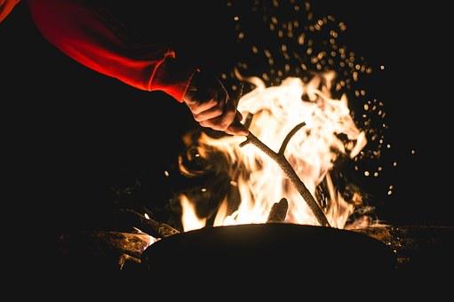 Am Feuer wird erzählt, das erste Mal gegessen und gelauscht. (Foto: Pixabay)
