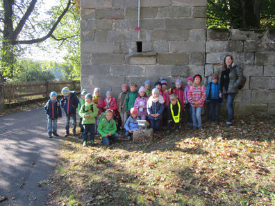 Die Klasse 1a vor dem Rapunzelturm am Gut Grunau.