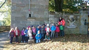 Die Klasse 1b vor dem Rapunzelturm am Gut Grunau.