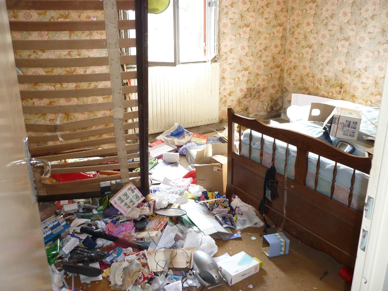 débarras d'une chambre à Gray, Haute Saône, 70, AVANT INTERVENTION....... entreprise de déblaiement-débarras AHLEN