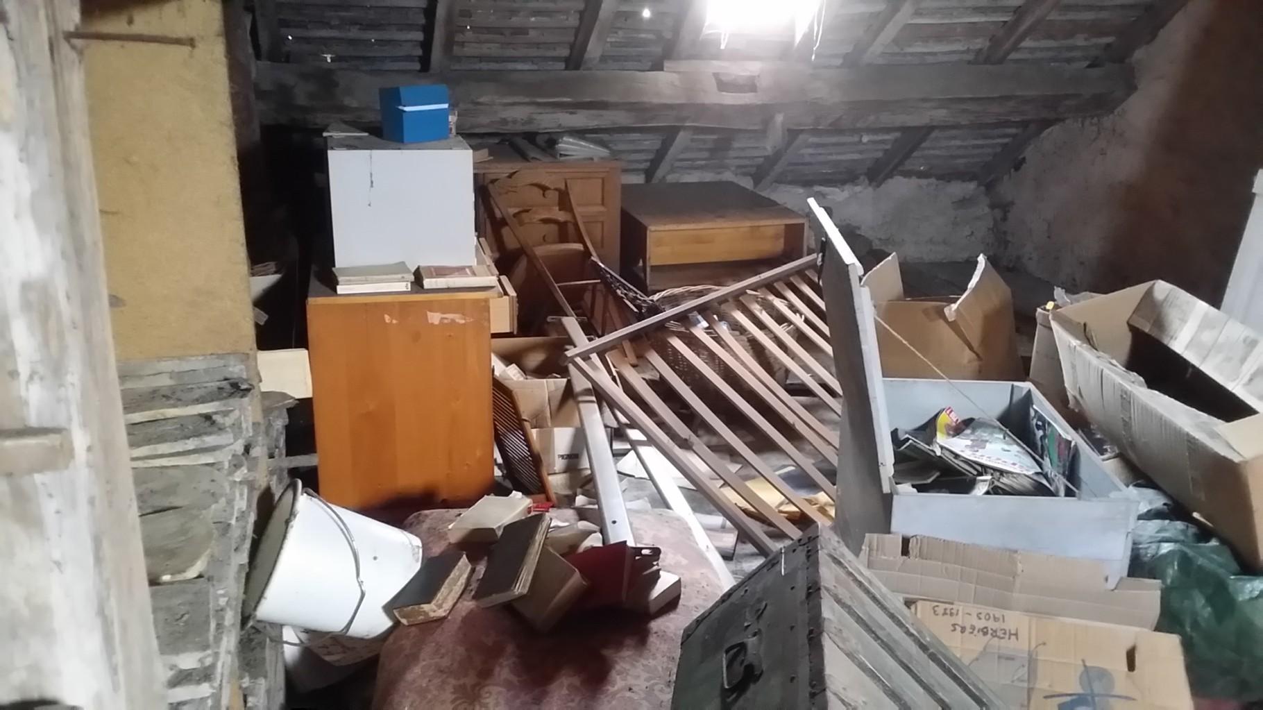Débarras d'un grenier à Besançon Avant intevention - Debarras Ahlen