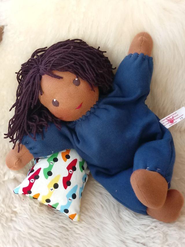 Bio-Stoffpuppe, erste Puppe, Schlamperle, Waldorfart, Wunschpuppe, dunkelhäutige Stoffpuppe, afrikanische Puppe, afroamerikanische Puppe, individuelle Puppe passend zum Kind, ökologische Kinderpuppe, Puppenfreund, Puppenhandwerk, handgemachte Stoffpuppe