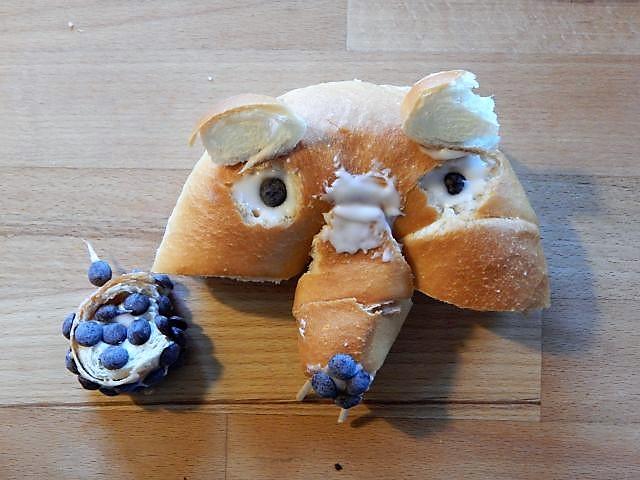 Beeindruckt von dem Nusshörnchen aus einem bekannten Eiszeit-Zeichentrickfilm bastelte mein Großer heute spontan beim Frühstück dieses Nusshörnchen samt Nuss (passenderweise aus einem Hörnchen) ;-)