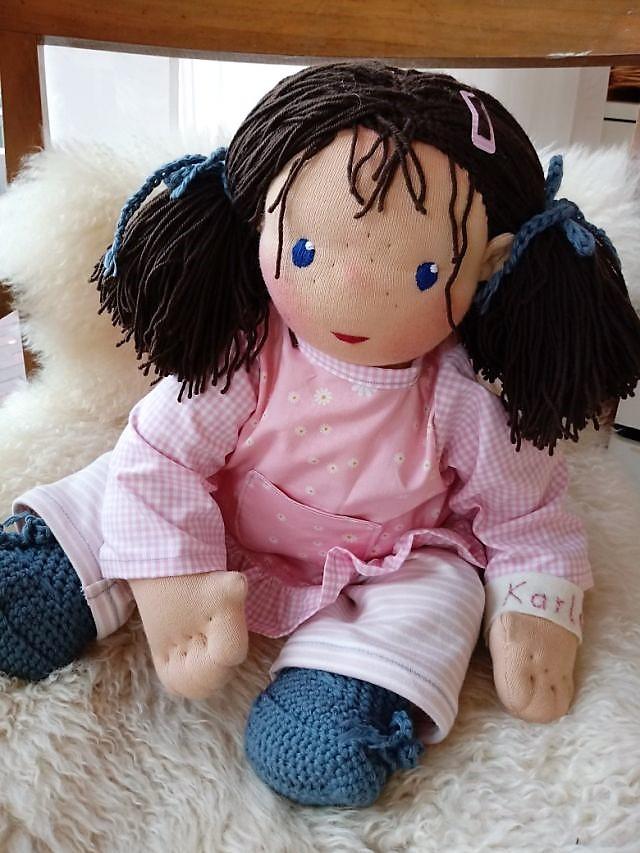 Bio-Stoffpuppe, handgemachte Puppe, Waldorfart, individuelle Puppe passend zum Kind, Wunschpuppe, Puppe nach Wunsch, Babypuppe, ökologische Kinderpuppe, Gliederpuppe, Puppenhandwerk, Jennifer Kliem-Pärsch, Öko-Stoffpuppe, bio-faire Materialien, Handarbeit