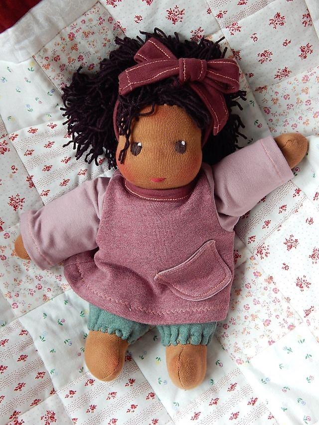 Bio-Stoffpuppe, erste Puppe, Schlamperle, Waldorfart, Wunschpuppe, individuelle Puppe passend zum Kind, ökologische Kinderpuppe, handgemachte Stoffpuppe, afrikanische Puppe, dunkelhäutige Puppe, afroamerikanische Puppe, Puppe fürs Leben, Kleinkindpuppe