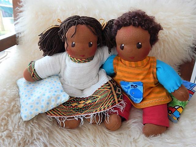 Bio-Stoffpuppe, dunkelhäutige Puppe, afrikanische Puppe, Eritrea, eritreische Puppenkleidung, Schlamperle, Waldorfart, handgemachte Puppe, individuelle Puppe passend zum Kind, Wunschpuppe, ökologische Kinderpuppe, handgemachte Puppe, erste Puppe,