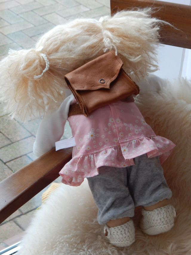 Puppenranzen, Puppenschulranzen, Puppenschultasche, Puppentornister, Bio-Stoffpuppe, Puppenhandwerk, Waldorfart, handgemachte Puppe, handgefertigt, Handarbeit, Wunschpuppe, Puppe nach Wunsch, individuelle Puppe passend zum Kind, Puppenfreundin